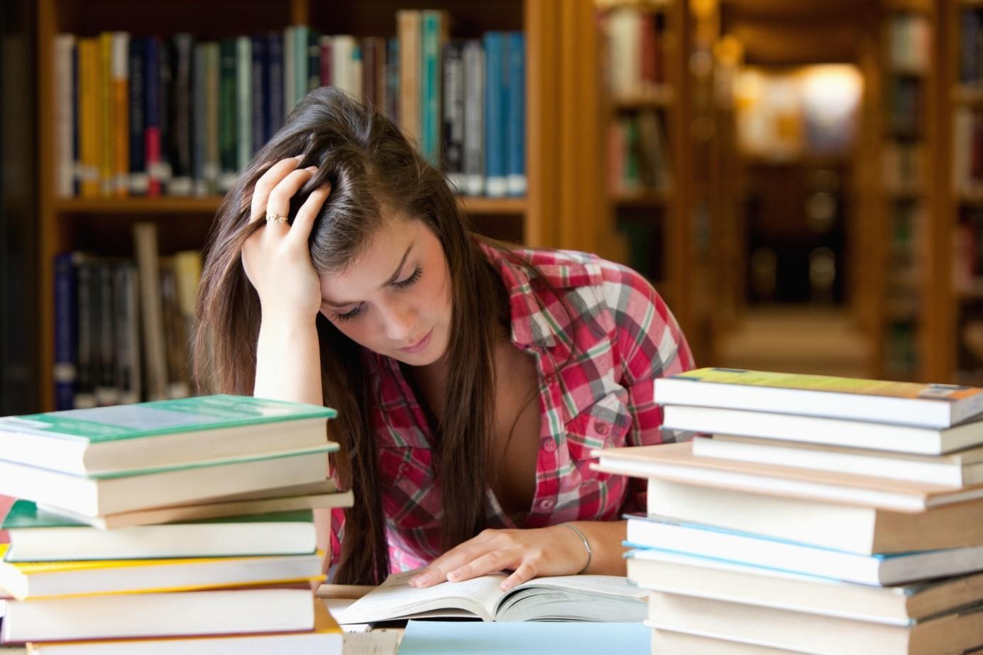 Студентка за учебниками